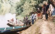 Kanu-Transport zu Pygmäen, die noch nie Europäer gesehen haben.