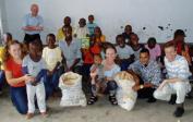 Genevieve, Lenka und Wolfgang bringen den Waisen Brot, Spiele, Geschichten und Spaß.