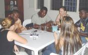 Bibelstunde bei uns zu Hause (vlnr): Genevieve, Eric, José, Lenka, Naomi, Doudou.