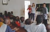Lenka und Genevieve geben Flannelgraph Bibelgeschichte im Waisenhaus