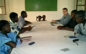 Mathias und neue Freunde in Mbandaka singen zusammen vor unserer Bibelstudie.