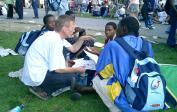 Wolfgang spricht mit einer Gruppe aus Tanzania beim Weltjugendtag in Köln.