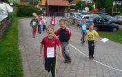 Mit viel Enthusiasmus laufen die Kinder beim Sponsorenlauf.