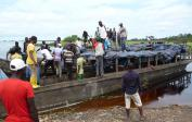 Der Mais wird auf 3 Flüssen nach Kinshasa verschifft - Lokal hergestellte Boote für Personen und Güter