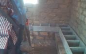Bau eines Hühnerstalls hinter den Schulgebäuden