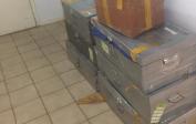 Kisten mit Schuluniformen