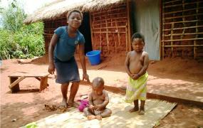 Kinder vor einem typischen Haus